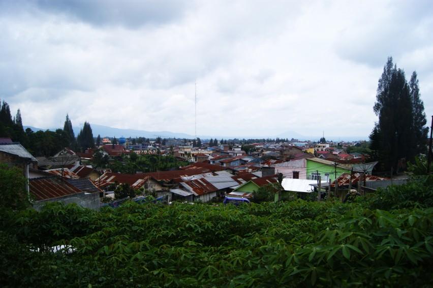 путь от аэропорта Медан в город Берастаги, опасная Индонезия и полицейский