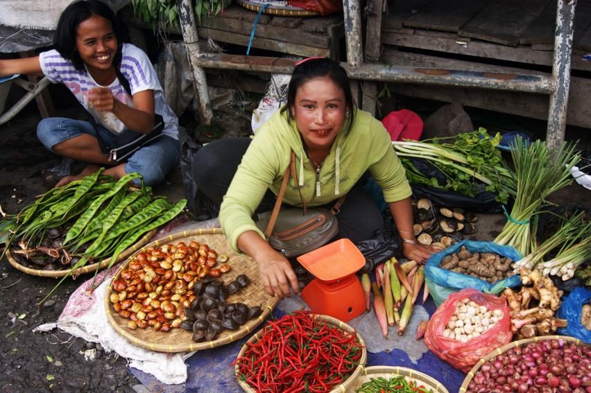 Женщина ест бетель на рынке в Берастаги
