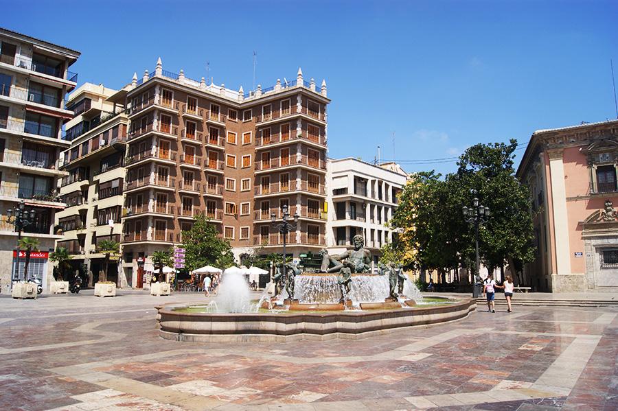 Фонтан-на-площади-в-Валенсии