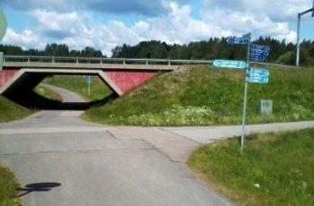 под этим мостом можно пройти к магазину с бесплатным автобусом до трассы на Турку
