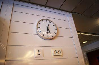 часы показывают сразу и финское и шведское время
