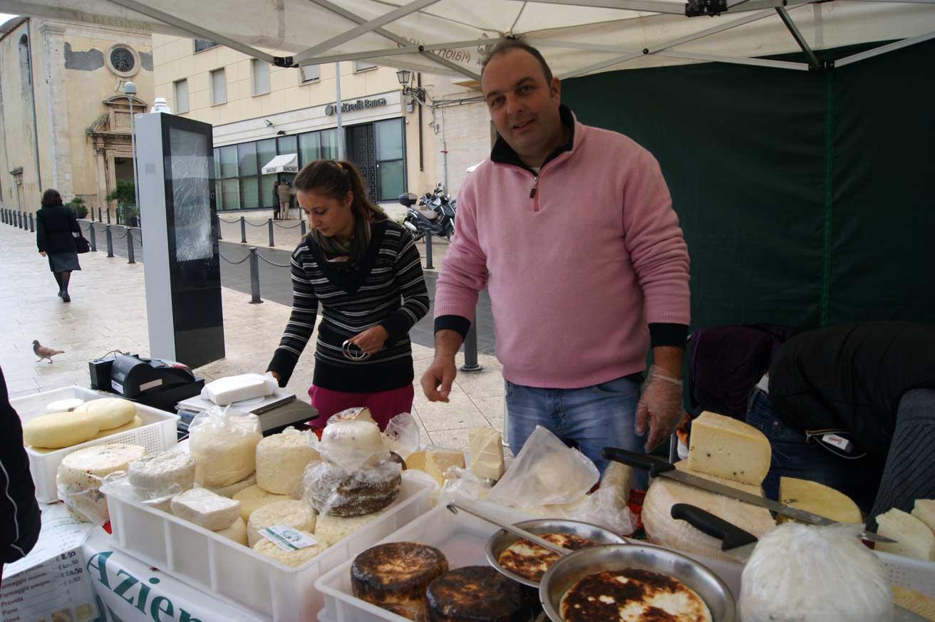 сыр на рынке в Сиракузах
