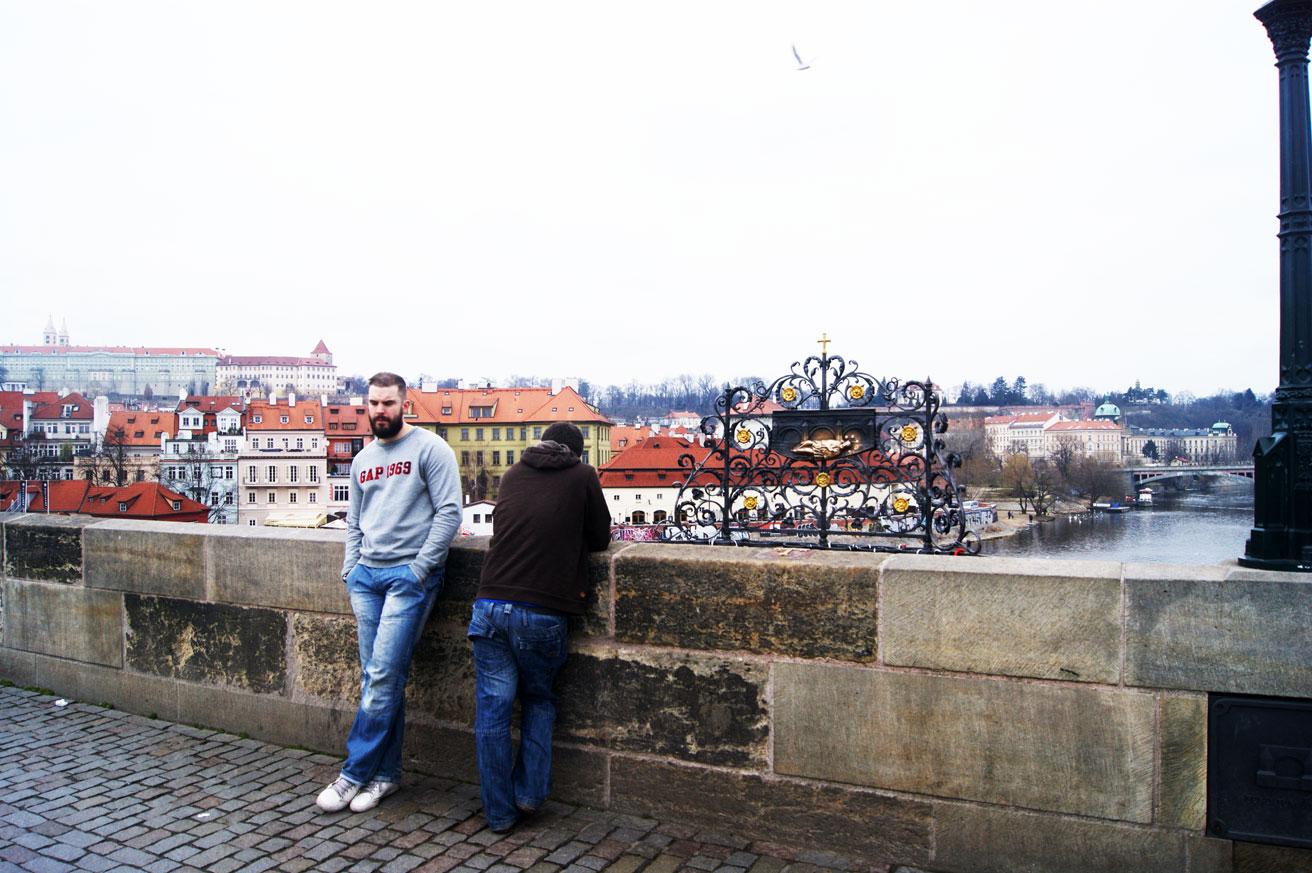 Загадывают желание на Карловом мосту