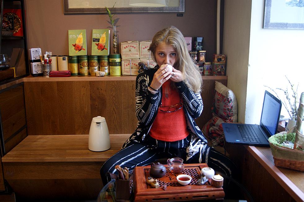 Чайный мастер Настя угощает меня пуэром