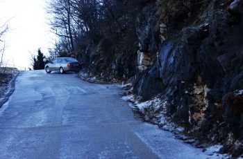 Машина упиралась колёсами в скалу